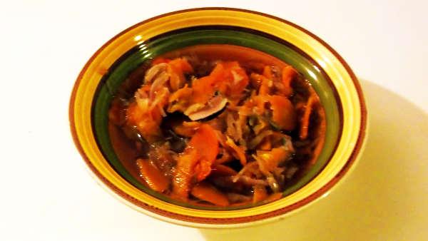 piatto di zuppa di verdura